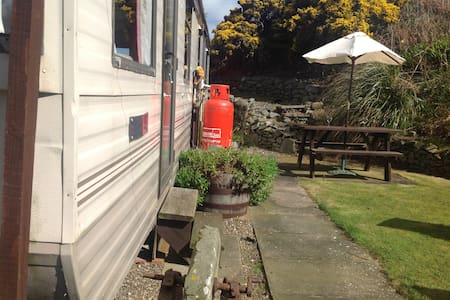 Coastal caravan with fabulous surroundings.