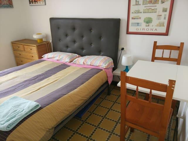 Habitació amb llit de matrimoni a la Devesa