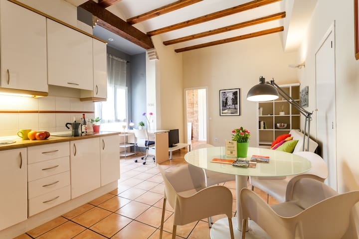 COZY BRIGHT FLAT IN THE CITY CENTER