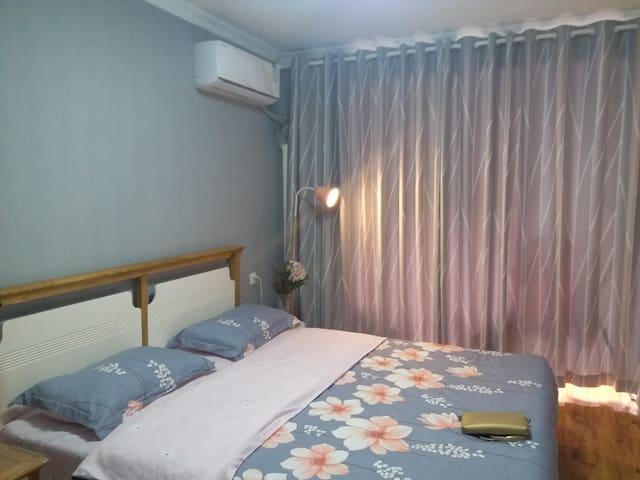 晚上安静睡在床上,在粉色马卡龙落地灯的陪伴下,阅读文摘进入梦乡。