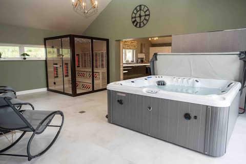 Luxury home with Hottub and Sauna sleeps 8