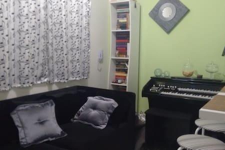 Apartamento simples, limpo e bem localizado.