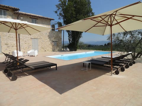 Montefalco, a splendid house with pool and view !
