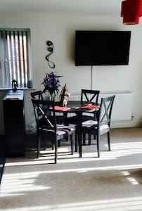 Bright Apartment with business facilities - Pontyclun - Apartamento
