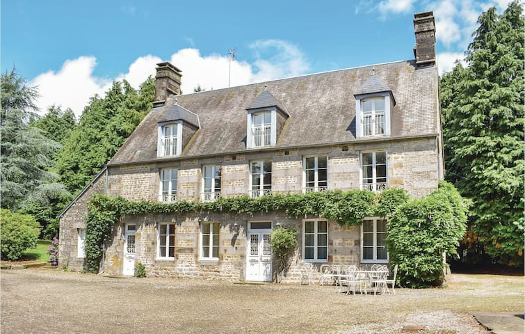 Holiday cottage with 7 bedrooms on 350m² in St Clément Rancoudray