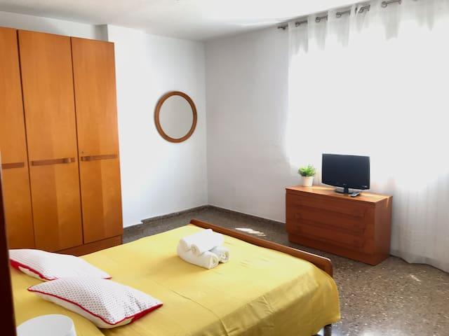 Habitación grande con wifi y televisión.