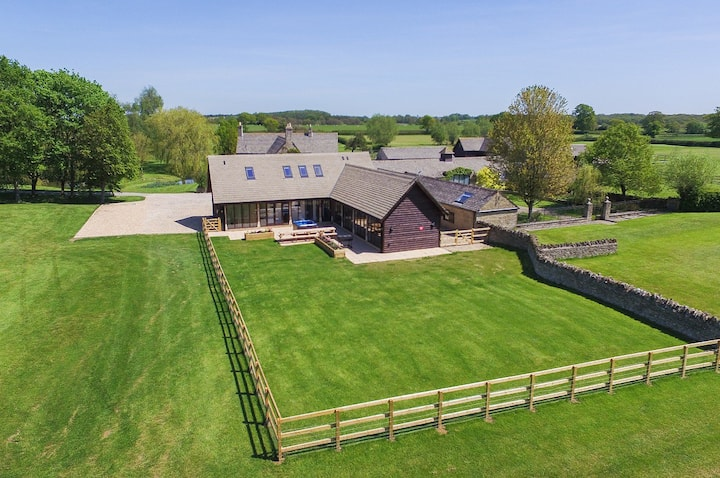 The Cotswold Manor Court with Hot Tub & Games Barn
