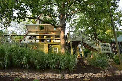 """Chalet in the Sky - lake front A-frame """"treehouse"""""""