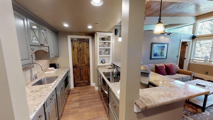 Clean & Cozy High-End Condo Next to Vail Mtn