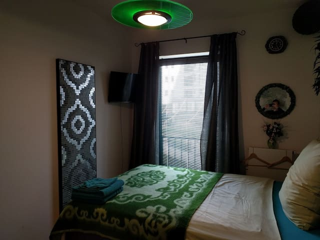 Peaceful room to relax in emerald colours