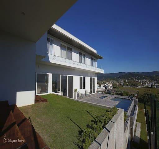 Casa Spa com piscina de borda infinita