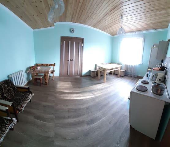 Кухня оборудована 4комфорочной плитой, СВЧ,2 камерным холодильником. В летнее время работает кафе в 2 шагах рядом с домом.
