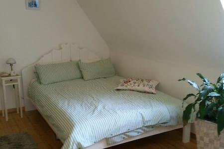 Ein Doppelzimmer in der ob. Etage mit eigenem Bad - Melsungen - Hus