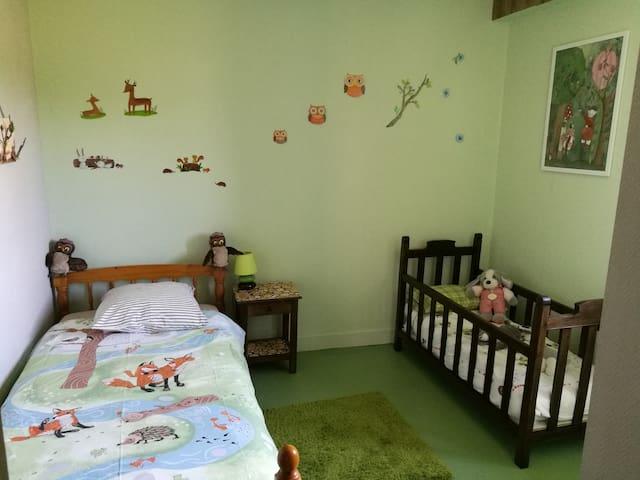 """La chambre """"forêt"""" : un lit simple de 90 cm et un lit pour jeune enfant (jusqu'à 5 ans)"""