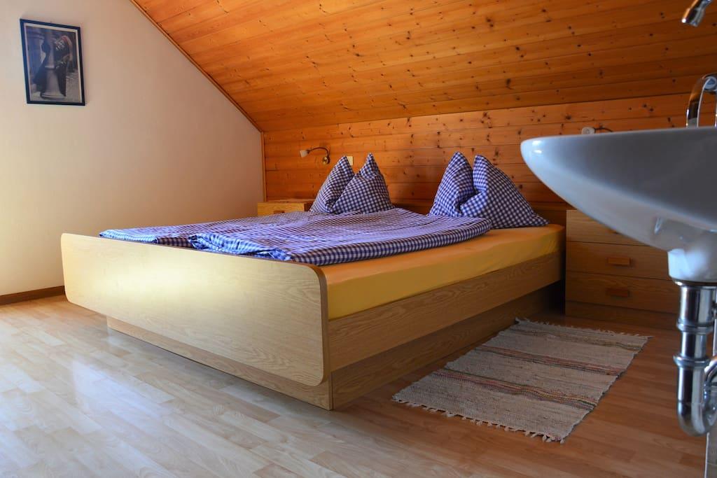 Doppelbettzimmer mit Balkontür