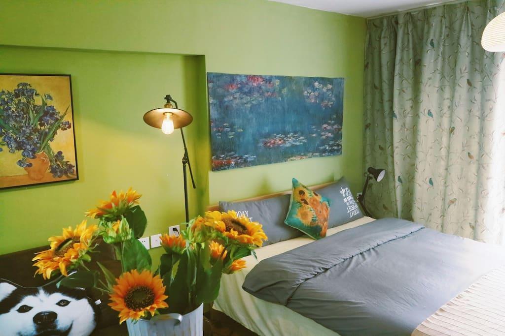 小屋是loft跃层,这一间是sunflower,是一间具有浓厚艺术氛围的房间。