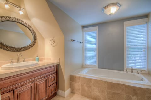Charming Studio Apt w/ Jetted Tub & Massage Chair