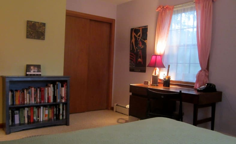 Quiet comfortable room close to UCONN and ECSU - Mansfield - Huis