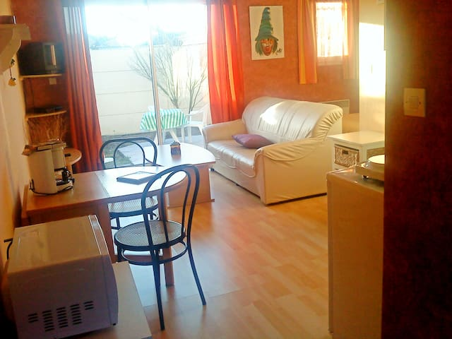 Beau studio 30 m2 avec terrasse sur jardin clos - Ludon-Médoc - House