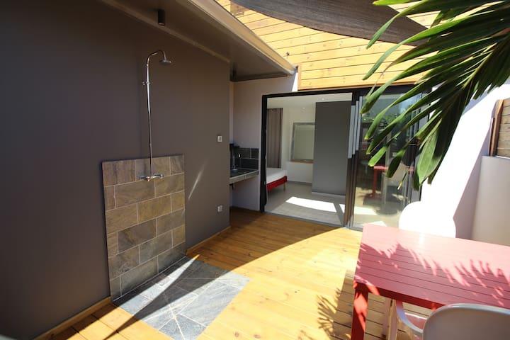 studio avec jardin privatif ,pieds dans l eau