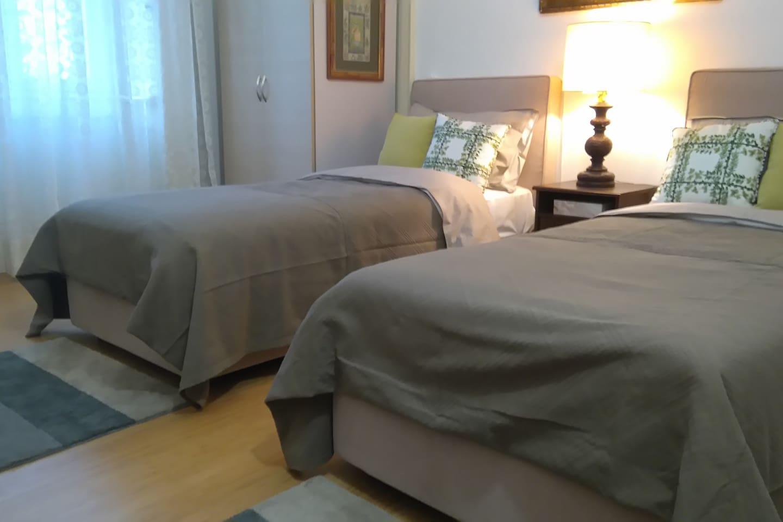 Camera con doppio letto singolo che può diventare matrimoniale
