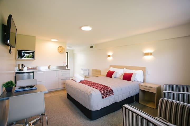 Serviced apartment, sleeps 2-free wifi
