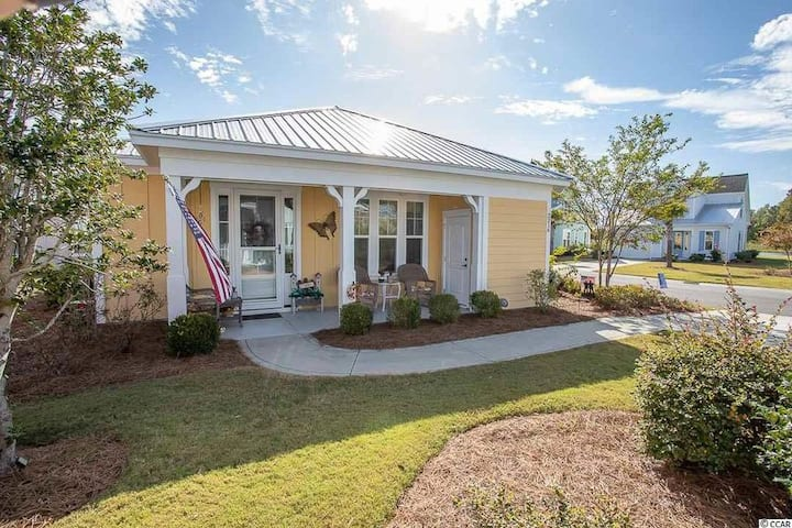 Beachy Bungalow - Includes access to 2 pools!