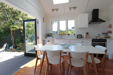 Walk barefoot to the beach - Lower Hutt - House