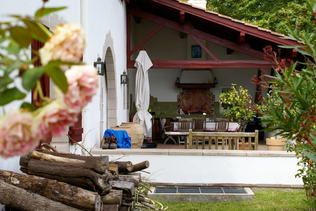 Terrasse Sud où se trouve la plancha et une grande table familiale.