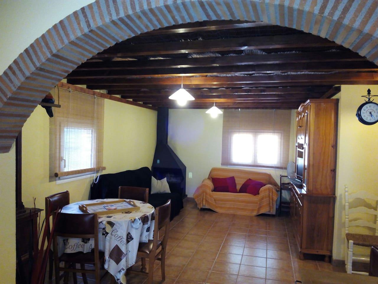 Comedor salón con chimenea. Unos de los sofás es convertible en cama de 135x180