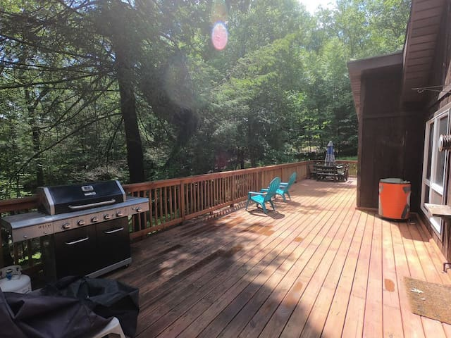 Enjoy the outdoors from our large deck which overlooks the fire pit. We have a grill and propane for your group, as well as lighting under the railing for your night-time enjoyment!