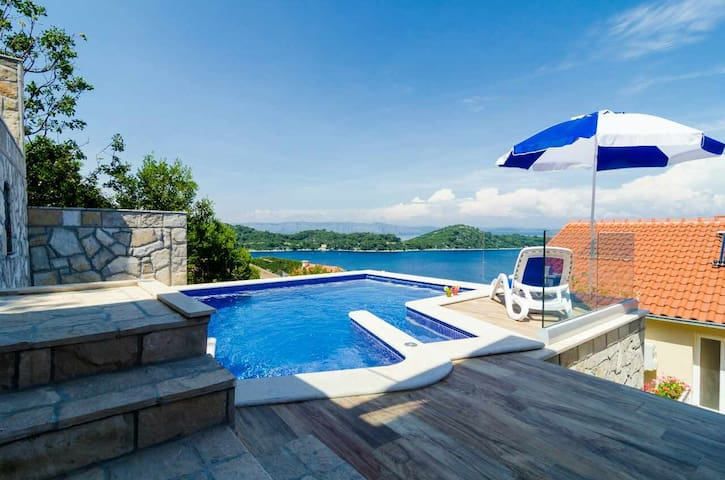 Adriatic - spacious house with seaview pool