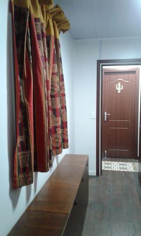 Cada cuarto tiene su aire acondicionado y su baño.   Puerta con cerradura. Además de loquers individuales con portacandado.