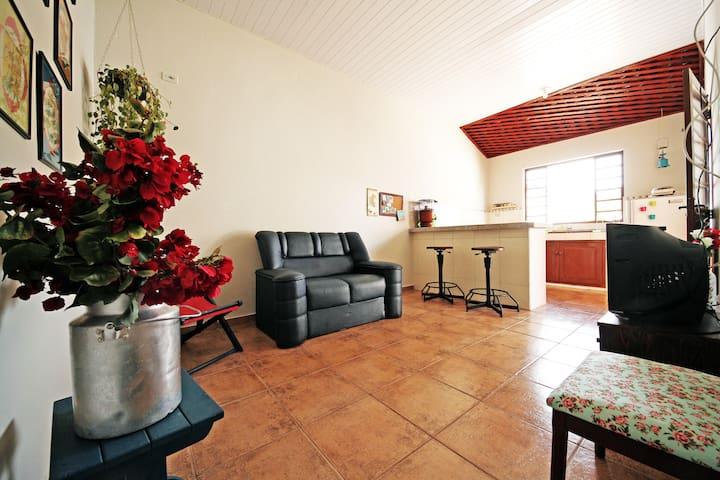 Sala de estar conjugada com a cozinha.