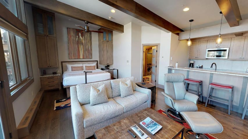 Luxury + Convenience! Vail Studio next to Slopes