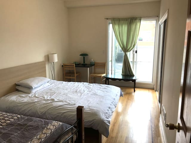 311E Private Room in Super Convenient Area, Room E