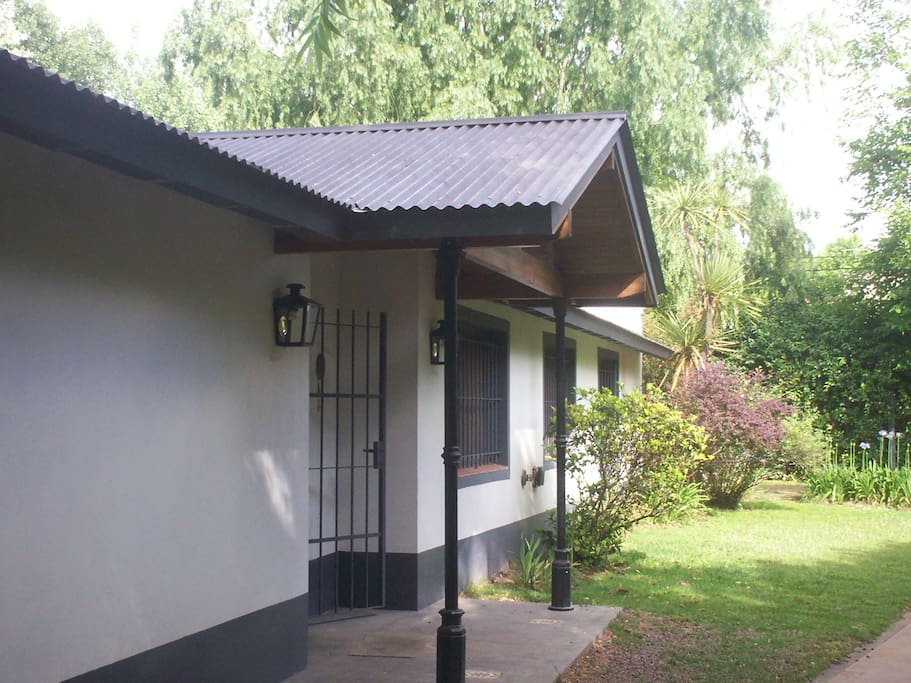 Lateral de la casa y entrada