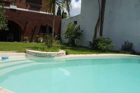 Importante casa c/ jardín y piscina - Rosario - Casa