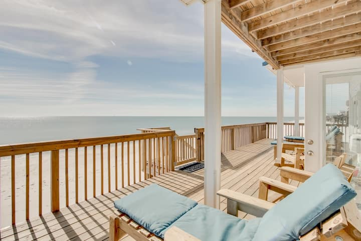 Gulf-front home with spacious deck & easy access to beach, well-equipped kitchen