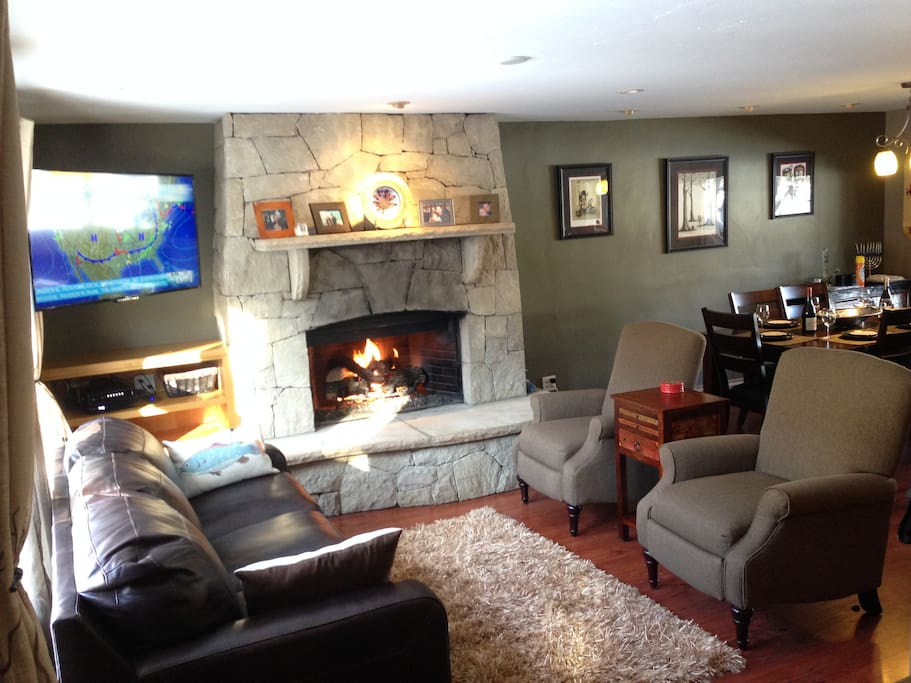 """Beautiful Family Room. Fireplace, 48"""" HDTV. Leather Sofa, Low Back Recliners."""