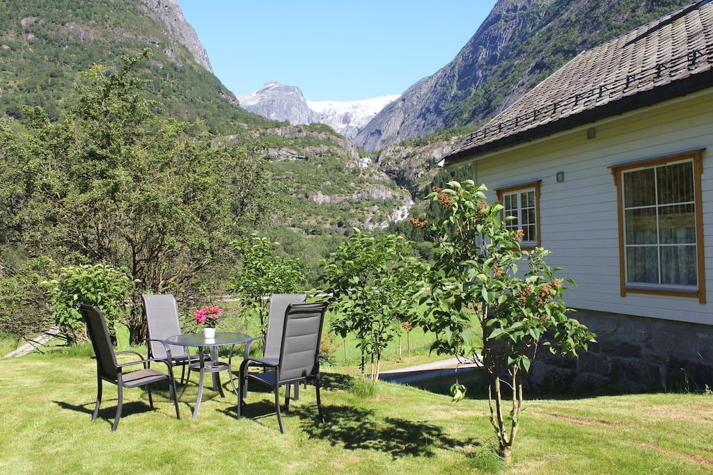 Utsikt frå hagen mot Brenndalen