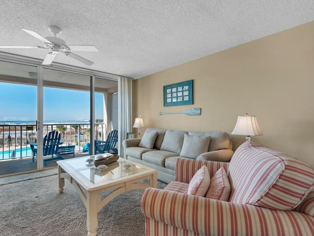Gorgeous bay view condo, beach setup and bicycles included, Close to shopping