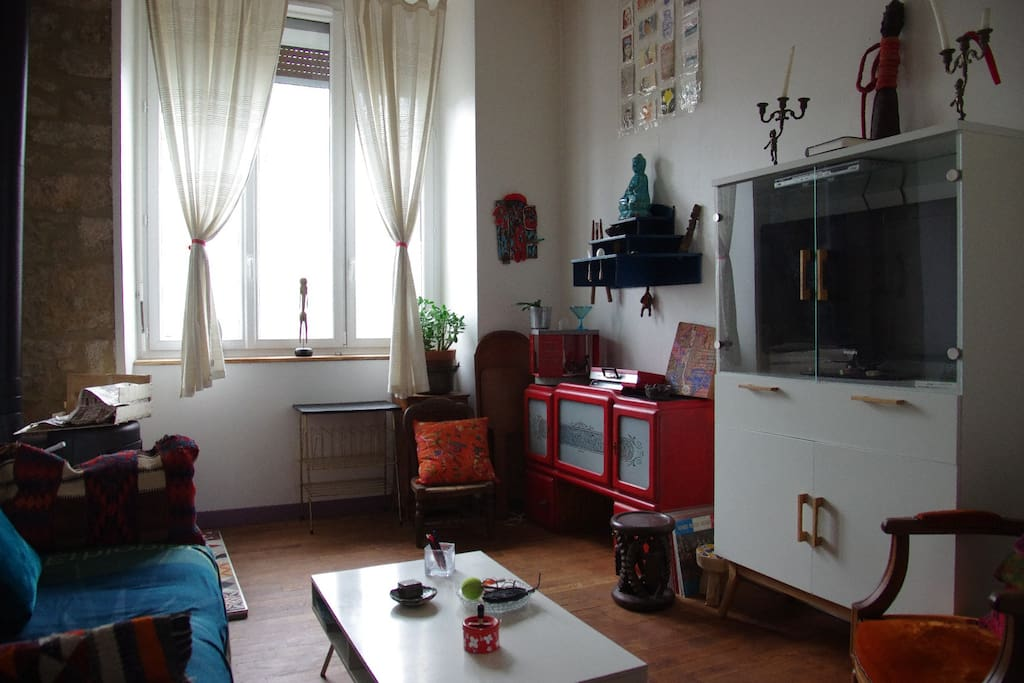 petit salon avec poêle, canapé lit 2 places, télévision.