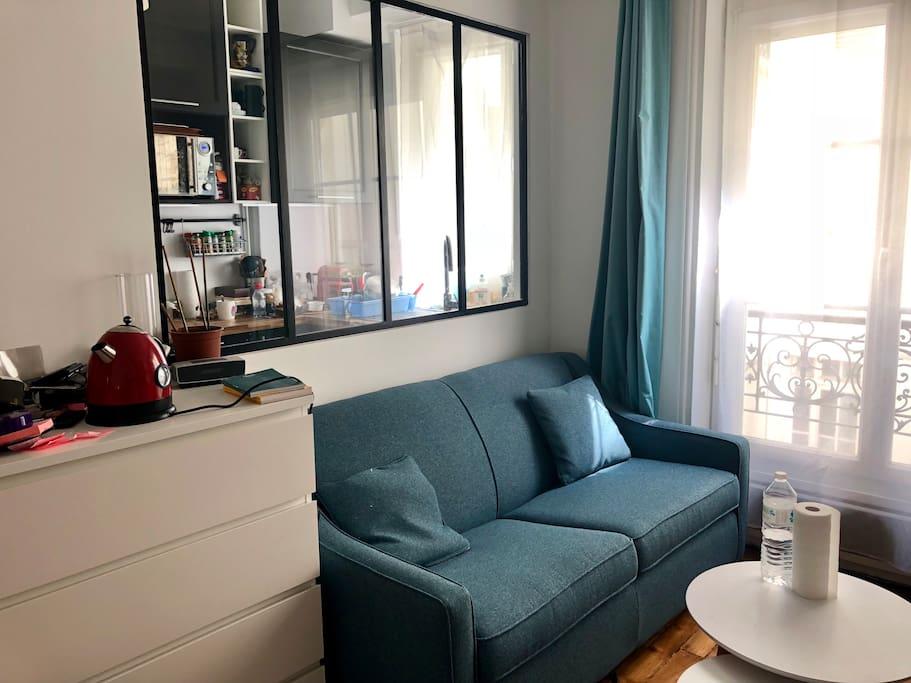 Salon avec le canapé-lit convertible