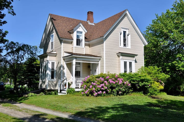Deer Meadow Farm House - Yellow Bird Suite