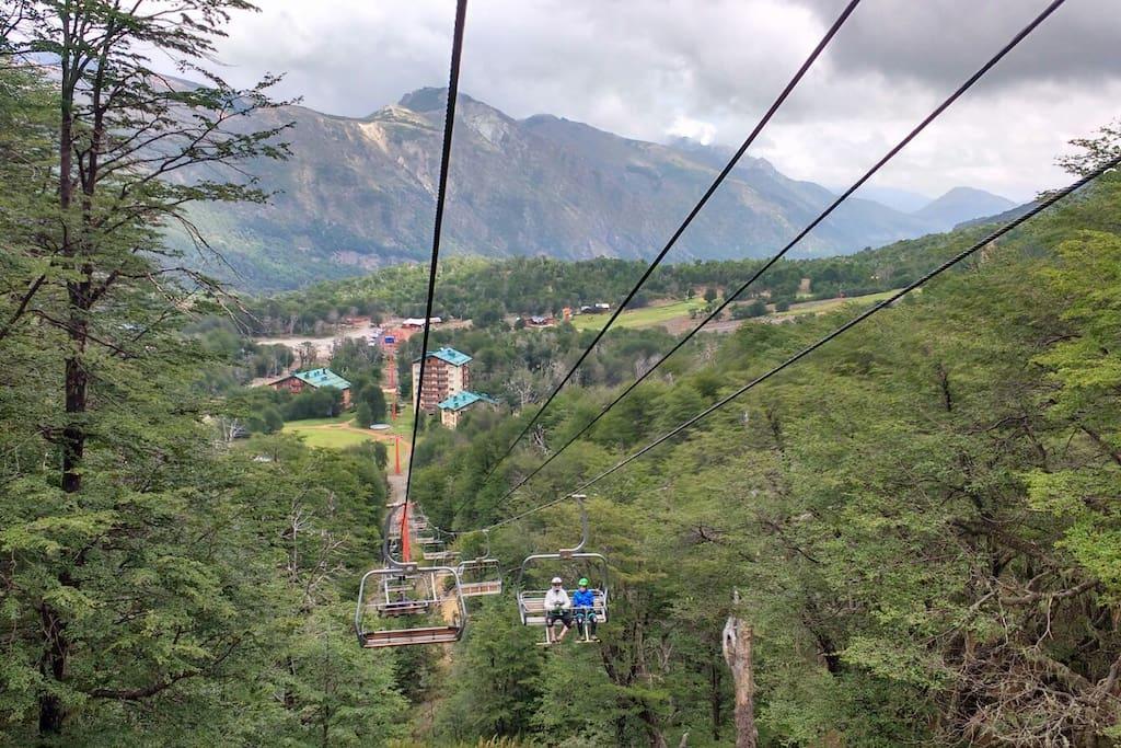 Vista desde los andariveles del centro de ski en verano