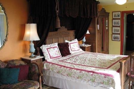 Victorian Rose King Suite with View - Pāhoa