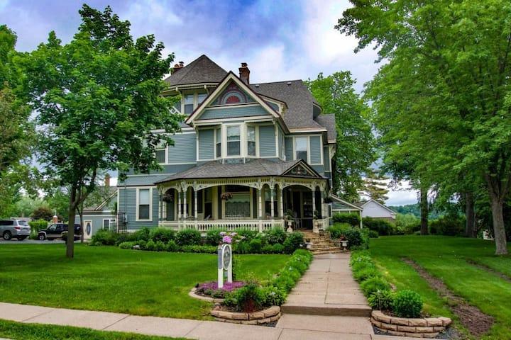 The Carriage House, Aurora Staples Inn