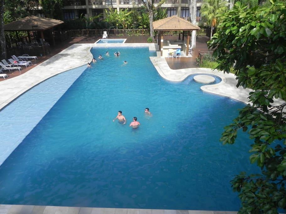 Área de piscina, adulto e infantil