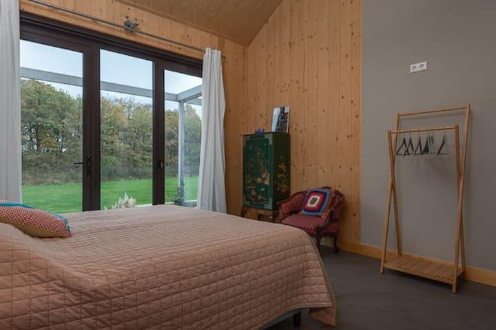 Grote tweepersoons slaapkamer.